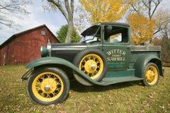 古色古香的卡车在秋天在沃辛顿,西马萨诸塞,新英格兰 免版税库存图片
