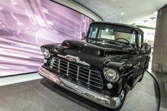 古色古香的卡车显示在通用汽车世界总部在底特律 库存照片