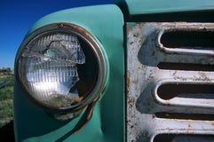 古色古香的卡车格栅和残破的车灯 库存照片