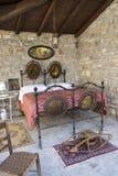 古色古香的卧室在有铁床的意大利和床取暖器(或长柄暖床器) 免版税库存照片