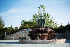 古色古香的喷泉在老城堡的庭院里 石走道 胡同在有花和树的美丽的庭院里 我夏天 库存图片