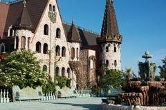 古色古香的喷泉在老城堡的庭院里 石走道 胡同在有花和树的美丽的庭院里 我夏天 免版税库存照片