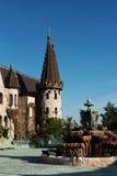 古色古香的喷泉在老城堡的庭院里 石走道 胡同在有花和树的美丽的庭院里 我夏天 图库摄影
