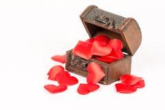 古色古香的土气棕色木棺材被隔绝在白色背景上和充满爱的浪漫红色心脏 免版税库存照片