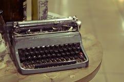 古色古香的在桌上的葡萄酒老打字机 库存照片