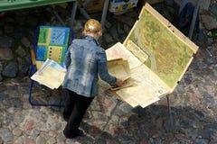 古色古香的地图的卖主 库存照片