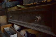 古色古香的多灰尘的抽屉在一个老车间 免版税库存图片