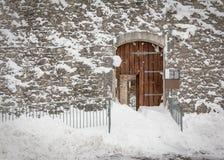 古色古香的多雪的门 免版税库存照片