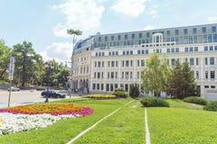 古色古香的大厦和庭院有花的在索非亚,保加利亚 免版税库存图片