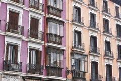 古色古香的大厦经典之作在马德里市中心上色了门面 库存图片