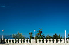 古色古香的大阳台有清楚的蓝天背景 免版税库存图片