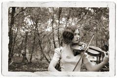 古色古香的女孩明信片小提琴 免版税库存图片