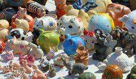 古色古香的存钱罐待售在跳蚤市场上失去作用 免版税库存照片