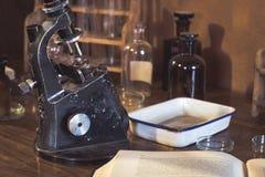 古色古香的实验室,显微镜和玻璃管 库存图片