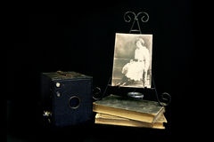 古色古香的对葡萄酒的照相机下张老照片 库存图片