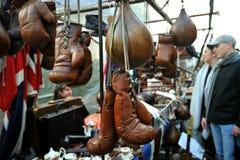 古色古香的对象在伦敦卖了在Portobello市场上 库存照片