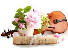 古色古香的小提琴、笔记和玫瑰 库存照片