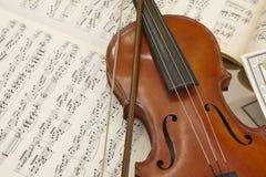 古色古香的小提琴和比分细节静物画 音乐背景 库存图片