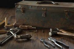 古色古香的工具和工具箱黑暗的木表面上 免版税库存照片