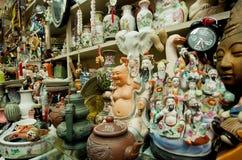 古色古香的市场瓷和老雕象待售第二手存放 免版税库存照片