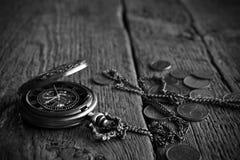古色古香的怀表和老硬币 免版税库存照片
