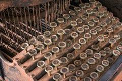 古色古香的打字机机器泰国键盘有在书桌上称呼的葡萄酒减速火箭的 库存图片