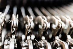 古色古香的打字机机械连动杆幻灯片 每把钥匙连接到,当按,移动打印杆我的杠杆 库存图片