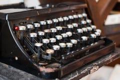 古色古香的打字机,葡萄酒多灰尘的打字机,侧视图 库存照片