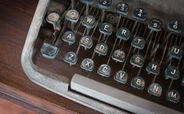 古色古香的打字机,葡萄酒有在书桌上称呼的葡萄酒减速火箭的打字机机器 库存照片