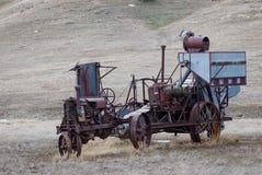 古色古香的拖拉机和干草戽水者 库存照片