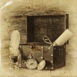 古色古香的指南针、墨水池和老木胸口在木桌上 黑白样式老照片 免版税库存图片