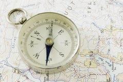 古色古香的指南针,勘察地图和金子 库存照片