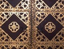 古色古香的教会门特写镜头与金黄华丽的 图库摄影