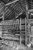 古色古香的无盖货车在干草谷仓 库存照片