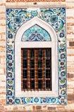 古色古香的无背长椅样式视窗 免版税库存照片