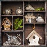 古色古香的时钟、雪橇圣诞老人和鸟舍。 免版税库存图片