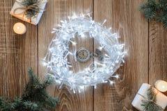 古色古香的时钟对午夜-圣诞节概念的五分钟 库存照片
