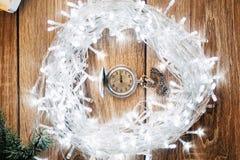 古色古香的时钟对午夜-圣诞节概念的五分钟 免版税库存照片