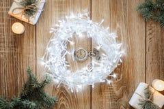 古色古香的时钟对午夜-圣诞节概念的五分钟 免版税库存图片