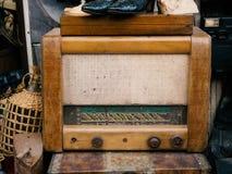 古色古香的木收音机在旧货店 免版税库存图片