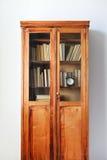 古色古香的木案件搁置充分的古老书墙壁 免版税库存图片