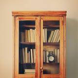 古色古香的木案件搁置充分的古老书墙壁 图库摄影