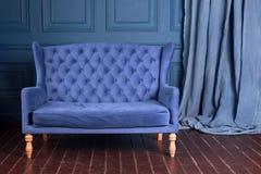 古色古香的木沙发长沙发在葡萄酒屋子里 古典样式扶手椅子 免版税图库摄影