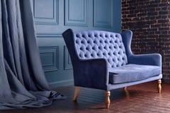 古色古香的木沙发长沙发在葡萄酒屋子里 古典样式扶手椅子 图库摄影