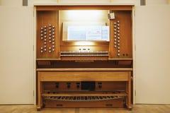 古色古香的木管风琴仪器控制台 图库摄影