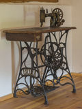 古色古香的木铁缝纫机在顶楼屋子里 库存图片