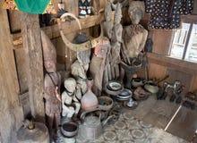 古色古香的木雕象和碗筷在tongkonan传统家 免版税库存图片