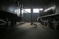 古色古香的机车的大车库 免版税库存照片