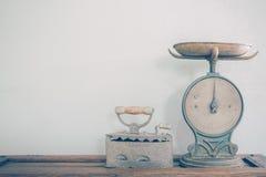 古色古香的标度和铁 免版税库存照片
