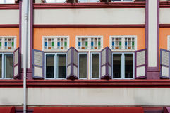 古色古香的样式五颜六色的shophouse窗口 免版税库存图片
